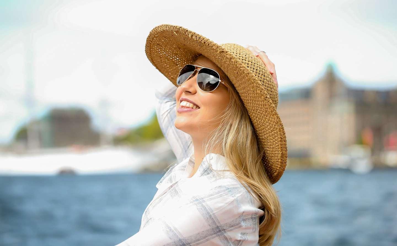 Dame med reiseforsikring nyter solen