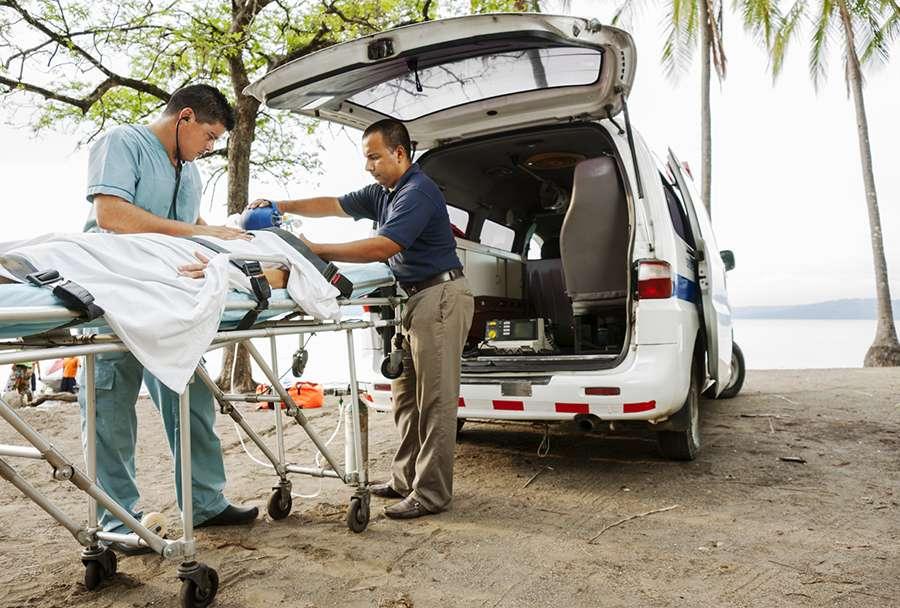 Ambulanse henter pasient på reise