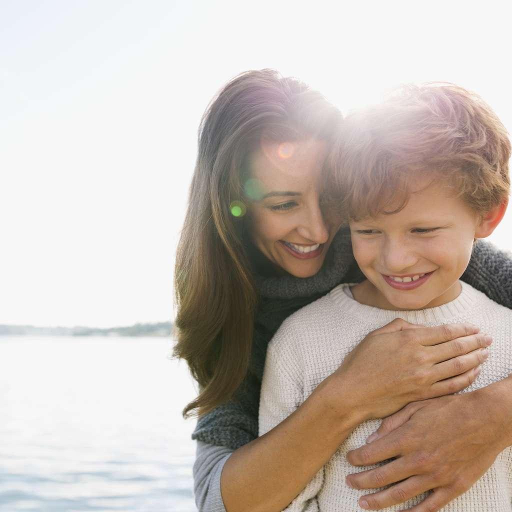 Sønn som har barneforsikring i Frende får en god klem av sin mor