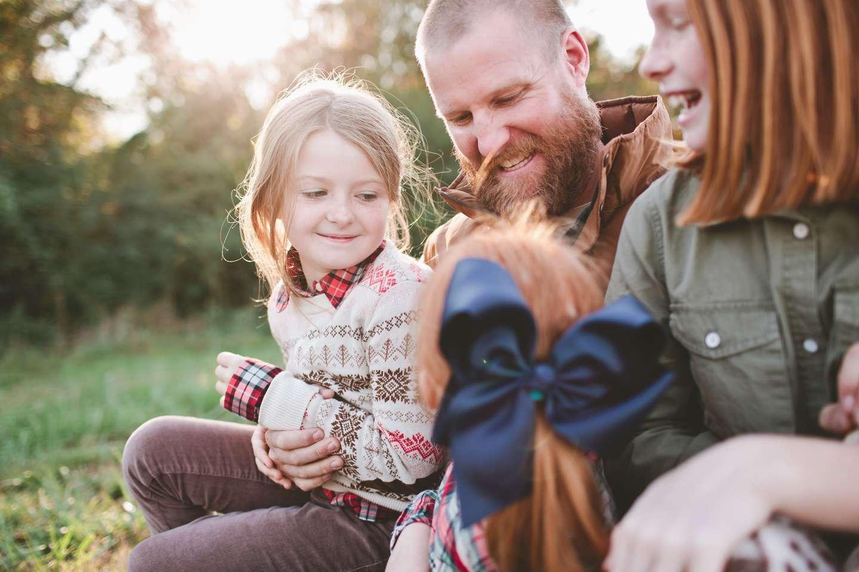Familie med forsikring i Frende samlet i lek utendørs