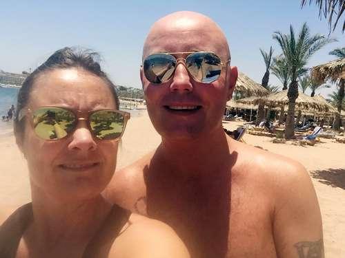 Par på stranden på ferie