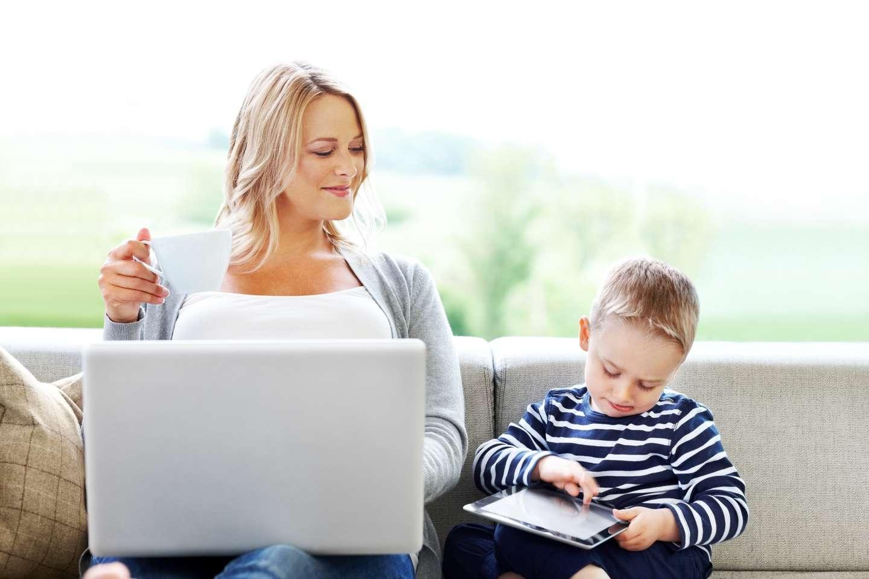 Kvinne leverer elektronisk helseerklæring for sin sønn med barneforsikring i Frende
