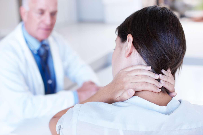 Dame hos legen med vondt i nakken