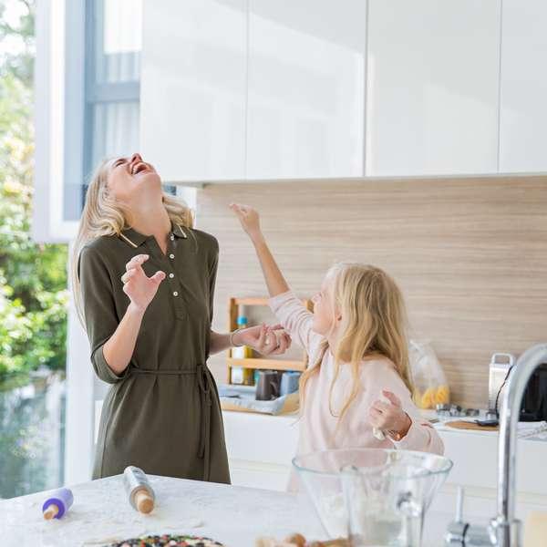 Mor og datter baker og leker. Huset har innbo- og husforsikring i Frende.