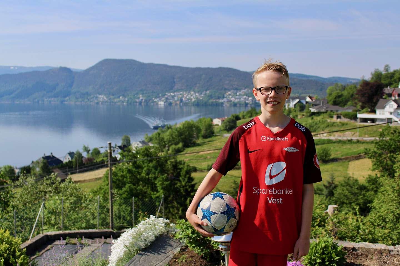Elias i hagen hjemme på Osterøy