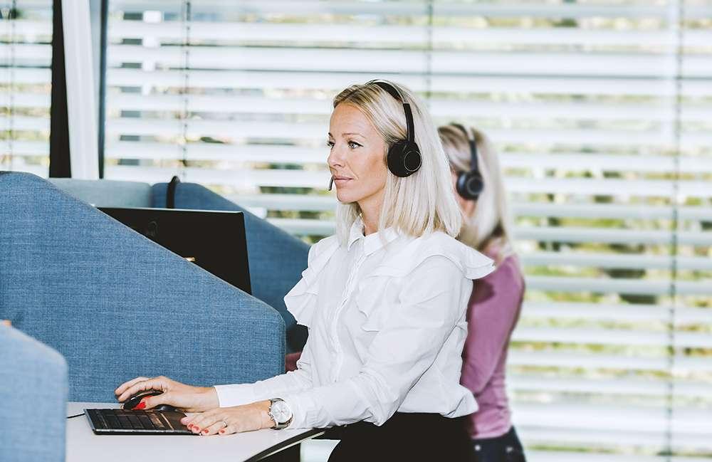 Kvinne på kundeservice i Frende.jpg