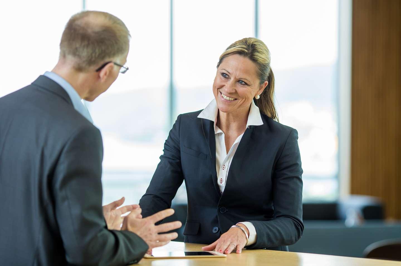 Bedriftskunde får hjelp av rådgiver