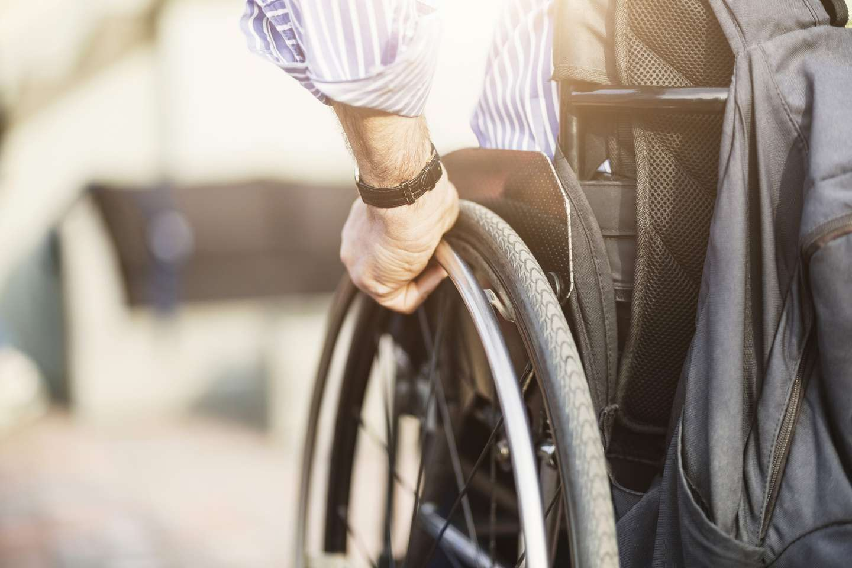 Ufør person i rullestol med ulykkesforsikring i Frende