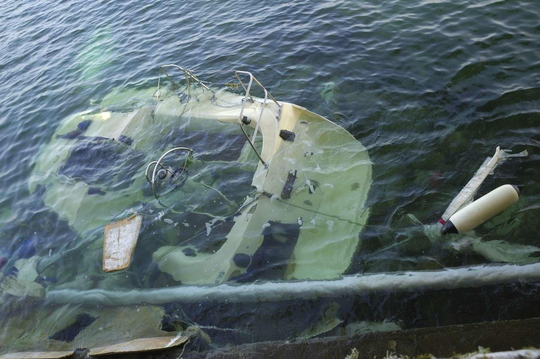Båt på grunn som ligger under vann
