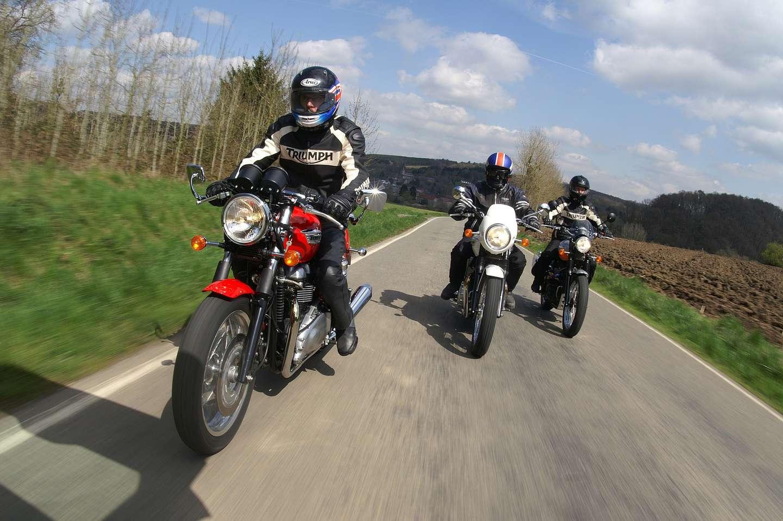 Tre motorsykler på veien