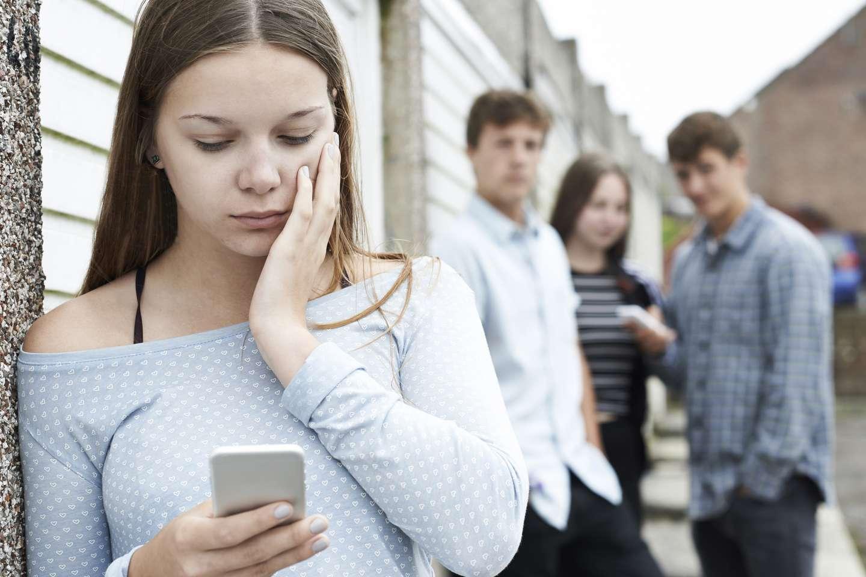 Bekymret jente med mobiltelefon